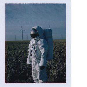 """Lee más sobre el artículo Bad Bunny en el video """"Una Vez"""", como un verdadero astronauta muestra la Luna sin disimulo"""