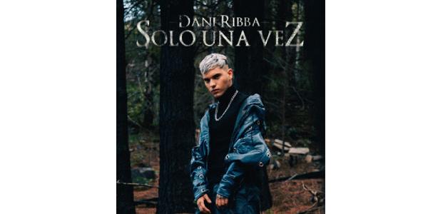 """Lee más sobre el artículo DANI RIBBA disfruta el éxito más explosivo de su emergente carrera con """"SOLO UNA VEZ"""""""